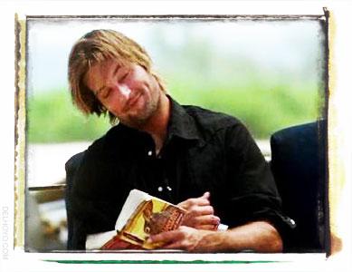 Sawyer lee la Colina de Watership en la Isla de Lost